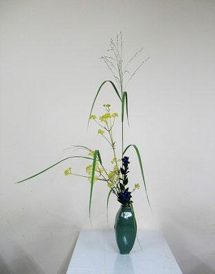 2020.8.19 <パニカム 女郎花(オミナエシ) 竜胆(リンドウ)> Atsukoさんの作品です。秋草の風情を意識して皹寧窯の花瓶にいけてみました。