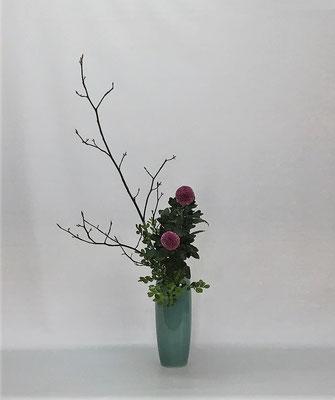 2021.1.26 <黒文字(クロモジ) ピンポン菊 柘植(ツゲ)> Kumikoさんの作品です。