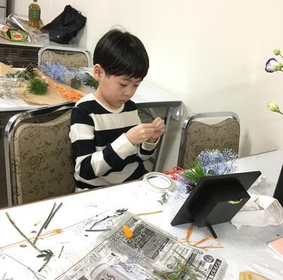 Rikuくんは、雪柳で「ひらくかたち」をいけました。そして、もう一作。楽しい夢のある作品に仕上がりました。
