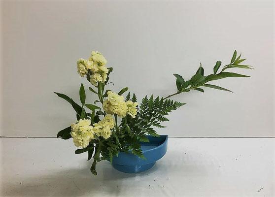 2018.6.20 <連翹(レンギョウ) スプレーストック レザーファン> Eunjuさんの二作品目は、残りの花材を使って「かたむけるかたち」 実は、Eunjuさんは留学生で期間限定でのお稽古のため中身を濃くしてお稽古しています。