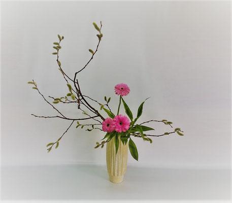 <猫柳 ガーベラ ドラセナ・サンデリアーナ> Kumikoさんの作品です。春は山が笑うそうです。まさに今、この柳は私が春山で時折見かける姿そのものです。雰囲気出ていると思います。