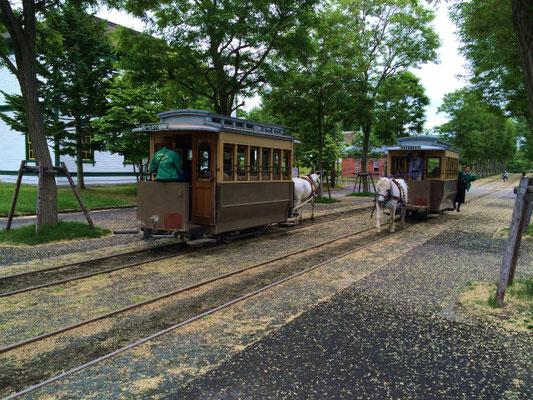 のどかな風情の「開拓の村」メインストリート。馬車鉄道が行き交う。