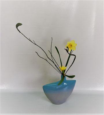 口が細い変形花器を使って飾り花! <石化エニシダ ラッパ水仙>  by Tamikoさん こんなお花がお部屋に飾ってあったら紅茶などいただきながら本当にいい気持になると思います。