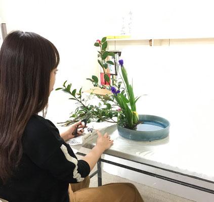 久々のお稽古に、盛花 傾斜型を思い出しながらいけるYukiさん。