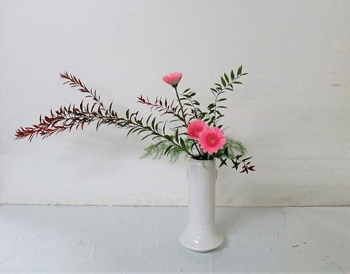 2020.10.28 <雪柳(ユキヤナギ) ガーベラ アスパラガス> Ittsuちゃんの作品です。瓶の器にかたむけるかたちをお稽古しました。