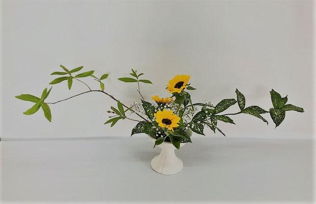 6/5<未央柳 ゴッドセフィアナ 向日葵 かすみ草> Chiakiさんの作品です。ひらくかたちの多面性のお稽古1回目。