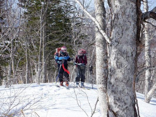 2021.3.13 左が私。白老岳へ向かう尾根上で地形図を読み現在地の確認をしている。読図力は冬山登山の必須のアイテムだ。