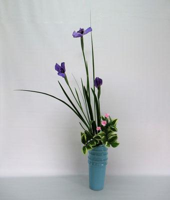 2019.5.28 <花菖蒲 撫子(ナデシコ) 鳴子百合(ナルコユリ)> Tamikoさんの作品です。花菖蒲の瓶花のお稽古です。
