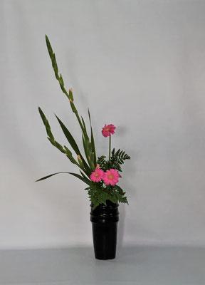 <グラジオラス ガーベラ レザーファン> Chiakiさんの作品です。初めての瓶花・直立型です。