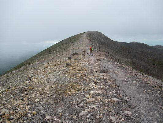 外輪山はこんな感じです。遠くからでも望まれる特徴のある黒いドームの周りを一周できる。