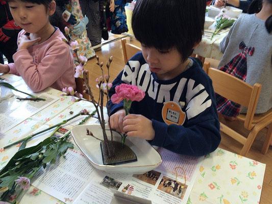 桜の枝を主枝に、カーネーションは客枝です。