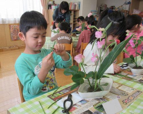 捨てる花材は少し小さく切ってから捨てます。