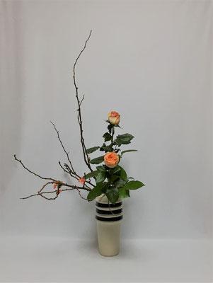 2019.3.8 <木瓜(ボケ) 薔薇(バラ) レモンリーフ> Kayoさんの作品です。いよいよ瓶花のお稽古です。