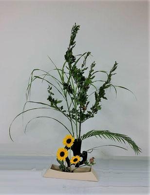 <柘榴(ザクロ) 矢羽根薄 アレカ椰子 向日葵(ヒマワリ)> Julianさんの作品です。