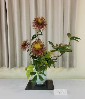 私の作品です。石楠花と紅葉木苺、菊の取合せです。