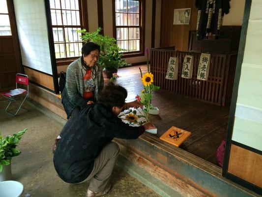 市街地群にある旧武井商店では、如月会の先生方による「いけばな体験教室」が今年も行われました。この写真は、忙しく準備をしている先生方。