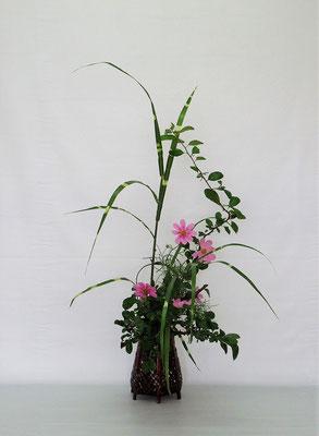 2020.9.8 <木瓜(ボケ) コスモス 矢羽根薄> Tamikoさんの作品です。秋がいっぱいです。
