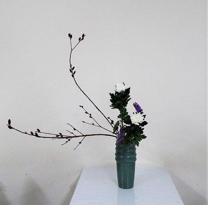 2021.2.10 <黒芽柳 中菊 スターチス> Natsumiさんの作品です。初めて基本瓶でいけました。瓶花・傾斜型のお稽古です。