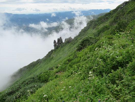 2020.8.10 雲が流れてマネキ岩が見えてきた。黒岳登山の際のシンボル的存在だが、撮影後すぐに見えなくなり雨が降り出した。