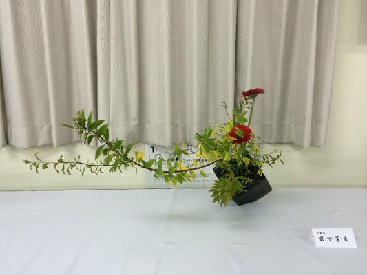 Maoさんの作品です。雪柳の風に揺れるような伸びやかさを損なわないように注意していけました。前後左右のバランスをとりながら花を留めるのに苦労したようです。