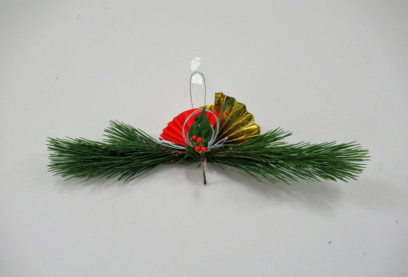 お花をいけ終えた後、余った花材を使って「お正月飾り」を作ってみました。Rikuくんの作品です。