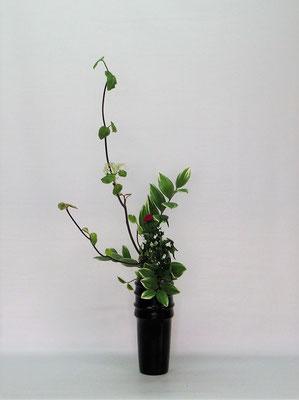 2021.4.13 <虫狩 薊(アザミ) 鳴子百合(ナルコユリ)> 季節感のある取り合わせで瓶花をいけました。Kumikoさんの作品です。