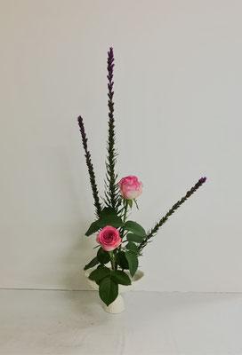 <リアトリス 薔薇> Kayoさんの作品です。研究会花材でお稽古しました。バラが立派です。