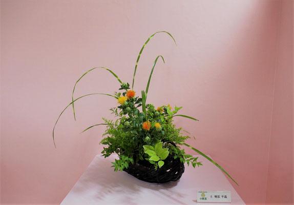 Chiakiさんの作品です。今回は、お気に入りのこの籠にいけようと花器を最初に決めてから花材を考えました。