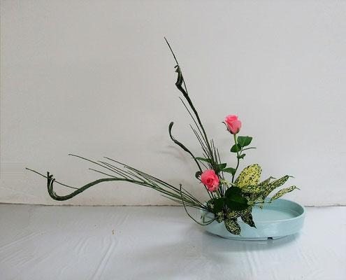 2020.12.2 <石化エニシダ バラ ゴッドセフィアナ> Ittsuちゃんの作品です。バラの表情が素敵! 傾斜型のお稽古です。