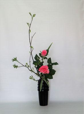 2021.4.27 <芽出しナナカマド 薔薇(バラ) キキョウラン> Kumikoさんの作品です。