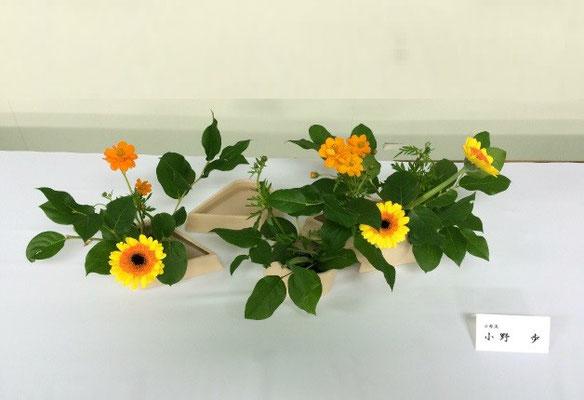 Ayumiさんの作品です。複数の花器を用いて、自由に楽しくいけました。オレンジ色のコスモスとガーベラの色がマッチしていて元気が出ます。