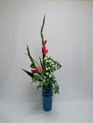 2020.3.28 <グラジオラス コデマリ> Kayoさんの作品です。瓶花・直立型のお稽古をしました。