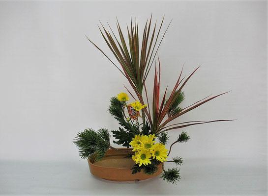 2020.12.29 <小松 ドラセナ・レインボー スプレー菊> Teikoさんの作品です。ドラセナと小松、スプレー菊が和洋折衷の雰囲気です。