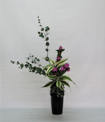 2020.10.6 <ユーカリ 竜胆(リンドウ) ドラセナサンデリアーナ> Tamikoさんの作品です。瓶花にとっては、あまり丈のないユーカリでしたが、上手に使いきりました。