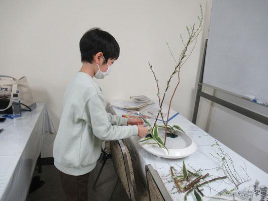 花留の位置を確認して、役枝を挿すRikuくん。