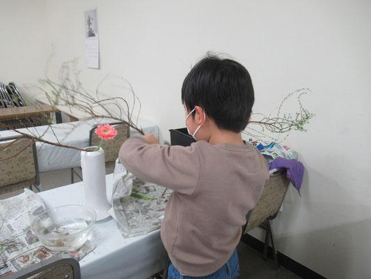 雪柳の枝を整理するIttsuちゃん。