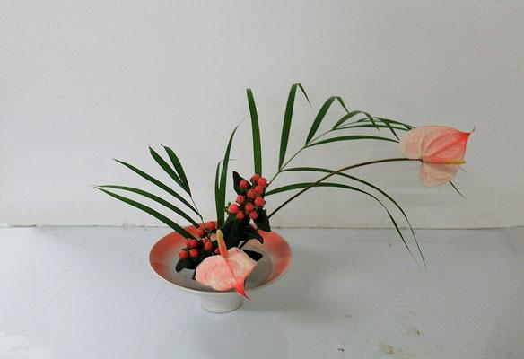 2020.11.25 <アレカヤシ アンスリウム ひヒペリカム> Michikoさんの作品です。アンスリウムの色彩を意識して花器を選んだそうです。『かたむける』のお稽古です。