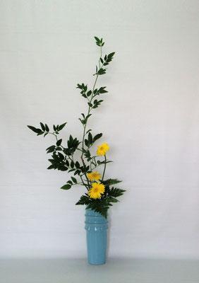 2019.9.3 <素馨(ソケイ) ガーベラ レザーファン> Kazukoさん、しばらくぶりの瓶花です。