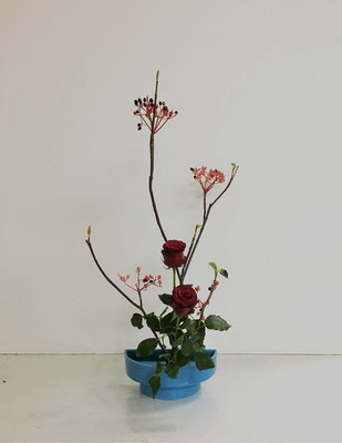 <虫狩(ムシカリ) バラ> Akikoさんの作品です。初めてのいけばなは「たてるかたち」から。一作目。