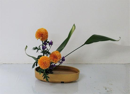 2020.11.11 <旭葉蘭(アサヒハラン) 菊 スターチス> Michikoさんの作品です。初めての『かたむけるかたち』です。