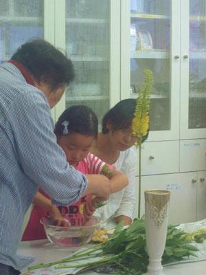 Yukiさんは、今日がいけばなデビュー! 花はさみの持ち方や剣山の取り扱いについて学ぶことから始めました。