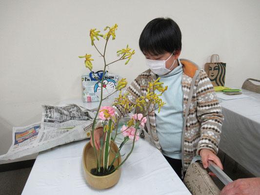 色々な花材を使い、盛花のお稽古をするIttsuちゃん。