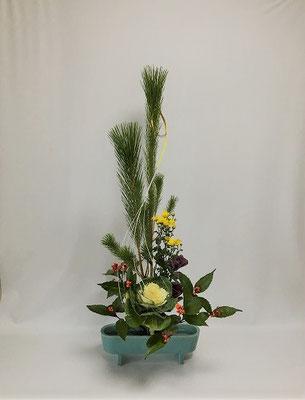 12.30<若松 葉牡丹 小菊 千両 水引> お正月の祝い花。Kayoさんの作品です。