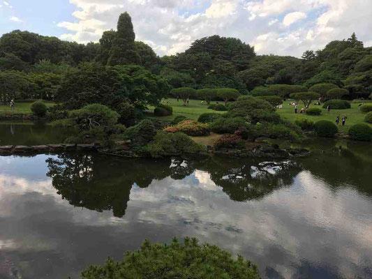 旧御凉亭から望む池の風景。空を写す水面に梅雨前線の接近を思わせる雲が流れて。