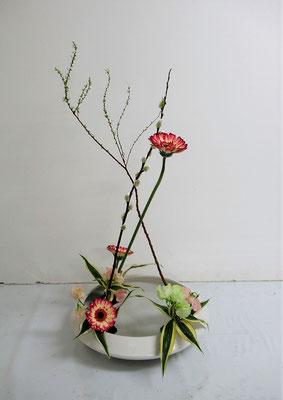 2021.1.27 <雪柳(ユキヤナギ) 赤芽柳(アカメヤナギ) ガーベラ スイートピー ドラセナサンデリアーナ> 花奏のお稽古。Rikuくんの作品です。
