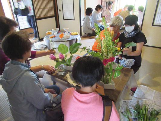 例年同様大人気の「いけばな体験」で、賑わっている会場。今年は旧広瀬写真館で開催されました。