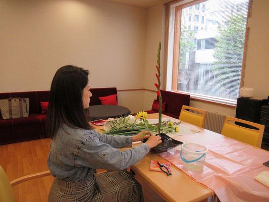 久しぶりのお稽古です。ひとつひとつの花の配置を確認しながら丁寧に仕上げるNatsumiさんです。