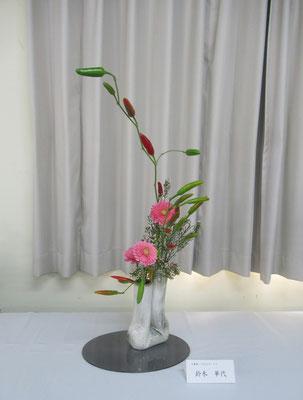 Kayoさんの作品です。「可愛らしい雰囲気の花ものをいけたいなァ」と優しい色合いのガーベラと唐辛子の取合せです。自分らしさが表現できたかな。