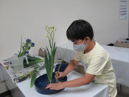 盛花のお稽古をするIttsuちゃん。大人っぽい花材の取合せで、直立型のお稽古をしました。Ittsuちゃんはブルーのお花が好きとのことです。