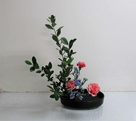2020.11.18 <フェイジョア カーネーション スターチス> Ittsuちゃんの作品です。お稽古ごとに花材を変えながら楽しく盛花のお稽古です。